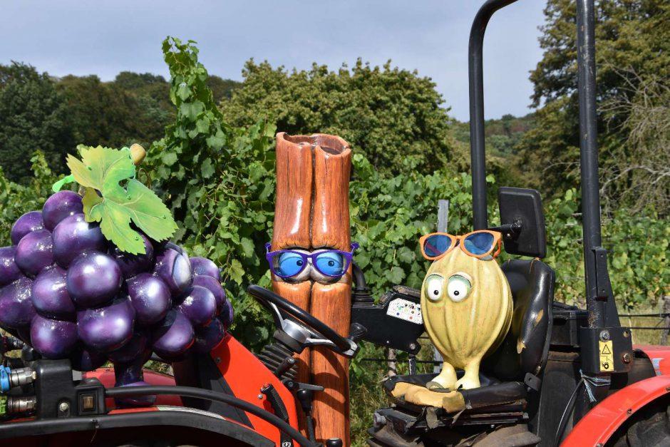 Arbeitsbesprechung auf dem Traktor